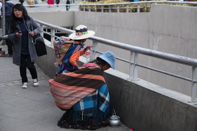 Geleneksel kıyafetleriyle Bolivyalı bir kadın ve çocuğu