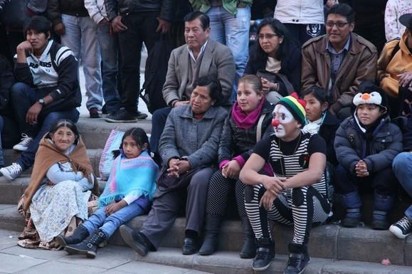 Palyaço gösterisi ve meraklı gözlerle izleyen Bolivyalılar