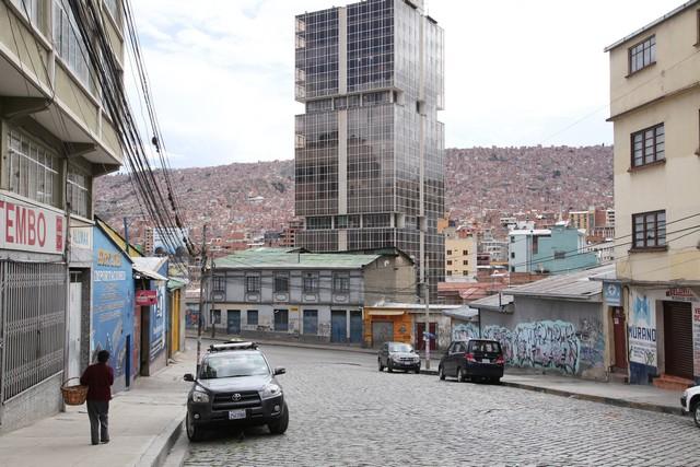 Modern bir bina ve arkasında El Alto'nun görüntüsü